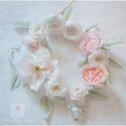 Wianek z cukrowych kwiatów