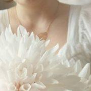 Biały duży kwiat na tort