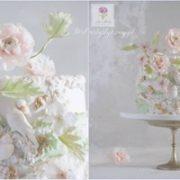 Tort z różami i zielonymi gałązkami