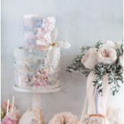 Tort artystyczny z różowymi i niebieskii dodatkami