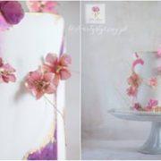 Biało różowy tort z kwiatami