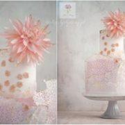 Tort z różowym kwiatem